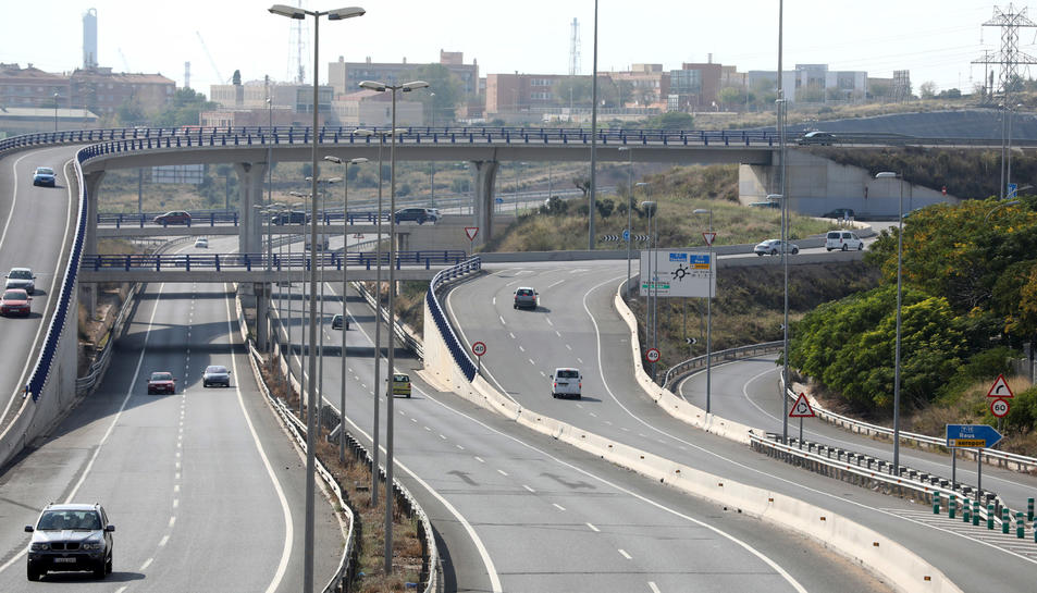 La gran rotonda de les Gavarres pateix una circulació caòtica i perillosa per l'acumulació de cotxes.
