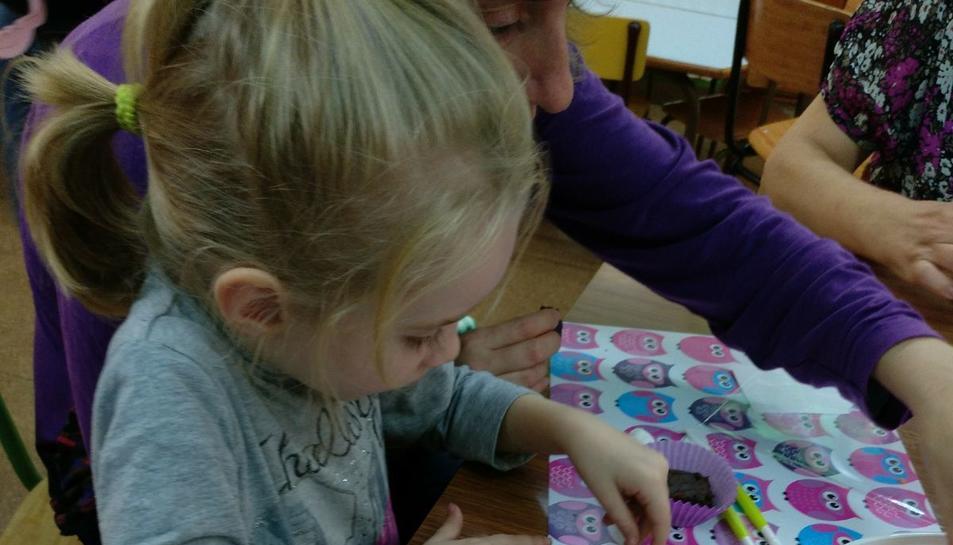 Els més petits van gaudir elaborant galetes amb formes pensades per al Ha