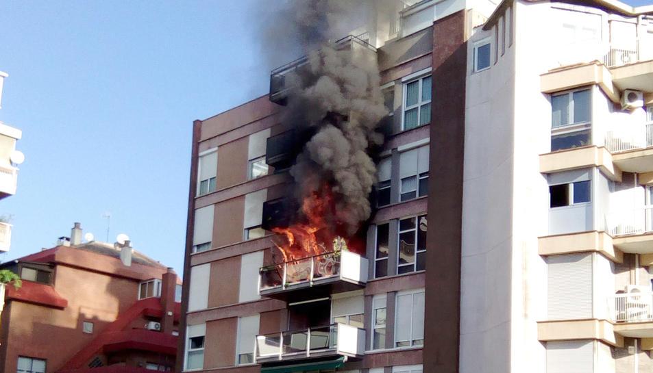 Imatge de l'incendi en un bloc de pisos a prop de la Ronda General Mitre de Barcelona aquest 1 de novembre del 2017