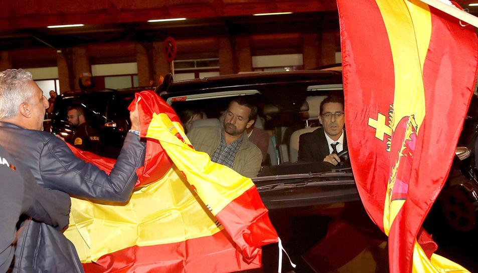 Manifestants de la ultradreta han rebut els membres de la Mesa del Parlament amb banderes i crits a Atocha.