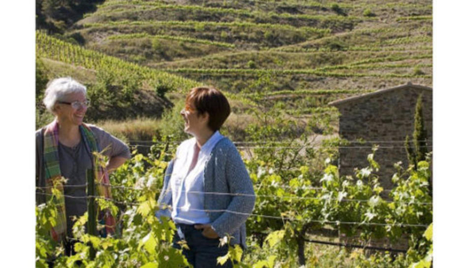 La Gemma Peyri i la Teresa Giral, impulsores de la marca de cosmètics naturals 'Nina Priorat', entre vinyes.