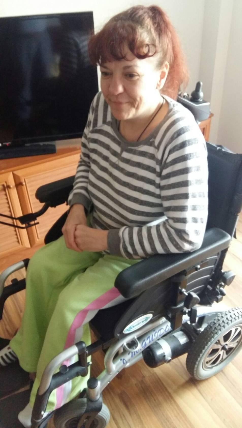 La Mari Carmen amb la seva nova cadira de rodes donada per l'Antonio.