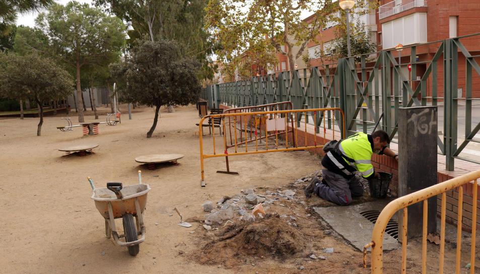 Un operari treballant al Parc del Pinaret de la població.
