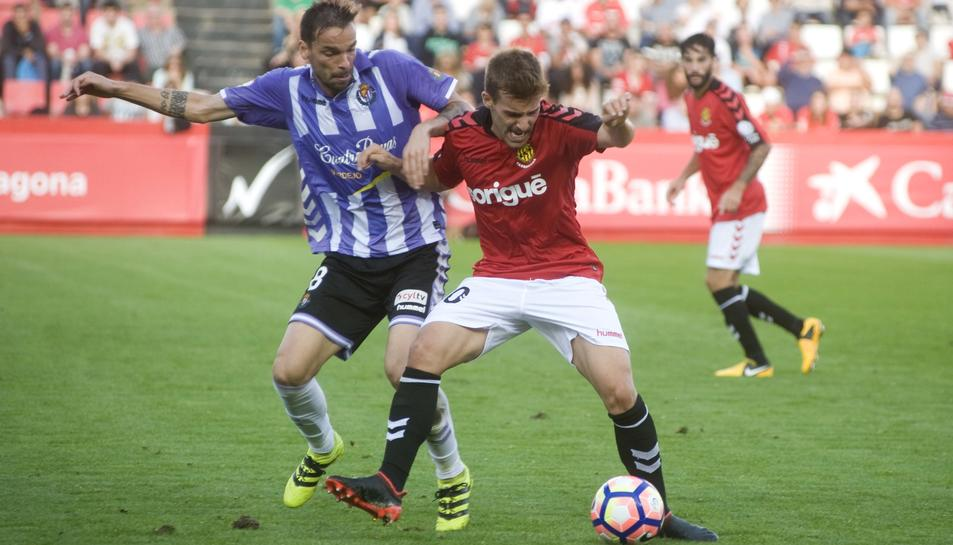 El migcampista andalús avança amb la pilota vestit de grana, en la visita del Tenerife durant la temporada passada.