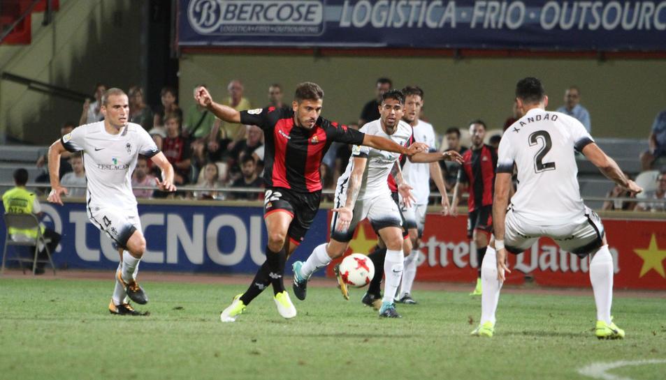 Borja Fernández controla la pilota vigilat d'aprop per tres jugadors asturians, en una imatge de l'eliminatòria de Copa.
