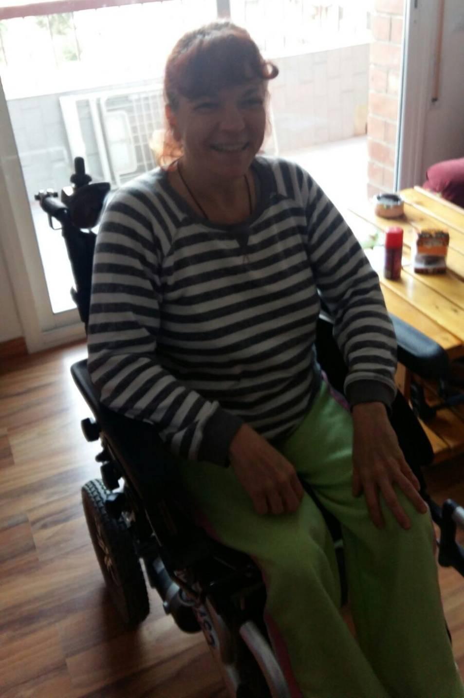 La Mari Carmen somrient gràcies a la cadira de rodes de l'Antonio.