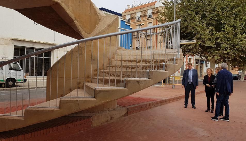 Pla obert de la visita de l'alcalde de Tortosa Ferran Bel i els regidors Meritxell Roigé i Josep Felip Monclús a les escales d'accés al pont de l'Estat al barri de Ferreries, aquest 2 de novembre de 2017