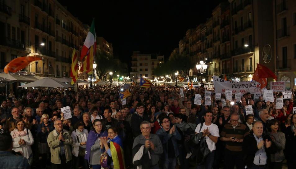 Pla obert de la plaça de la Font en la concentració per reclamar la llibertat dels presos polítics. Imatge del 2 de novembre de 2017