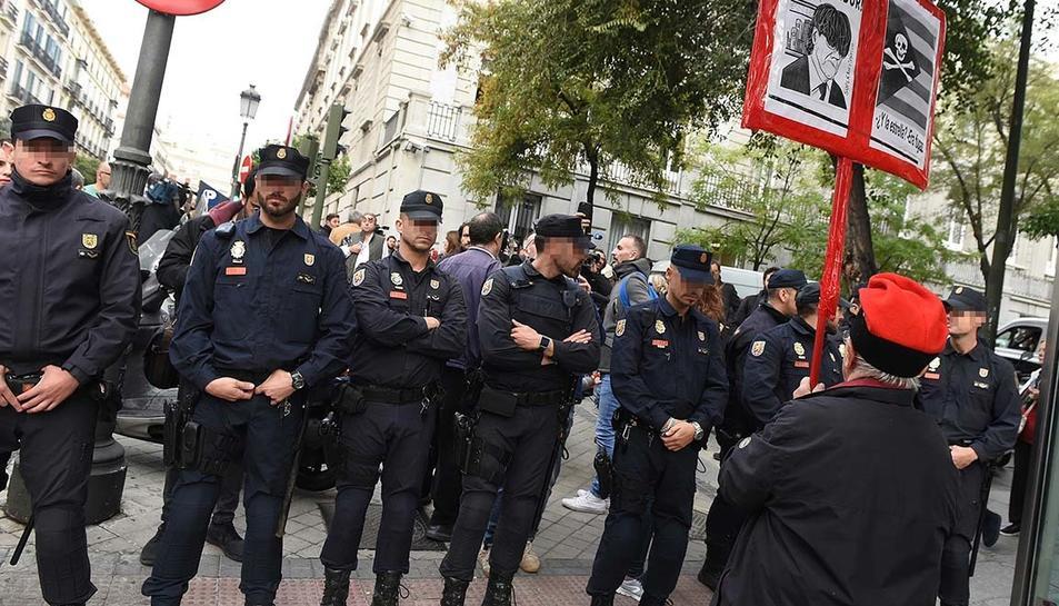 Agents de policia protegint la zona de l'Audiència Nacional i el Tribunal Suprem a Madrid.