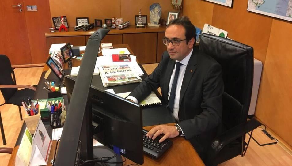 Josep Rull al seu despatx en una imatge publicada per ell mateix al seu perfil de Twitter aquest 30 d'octubre.