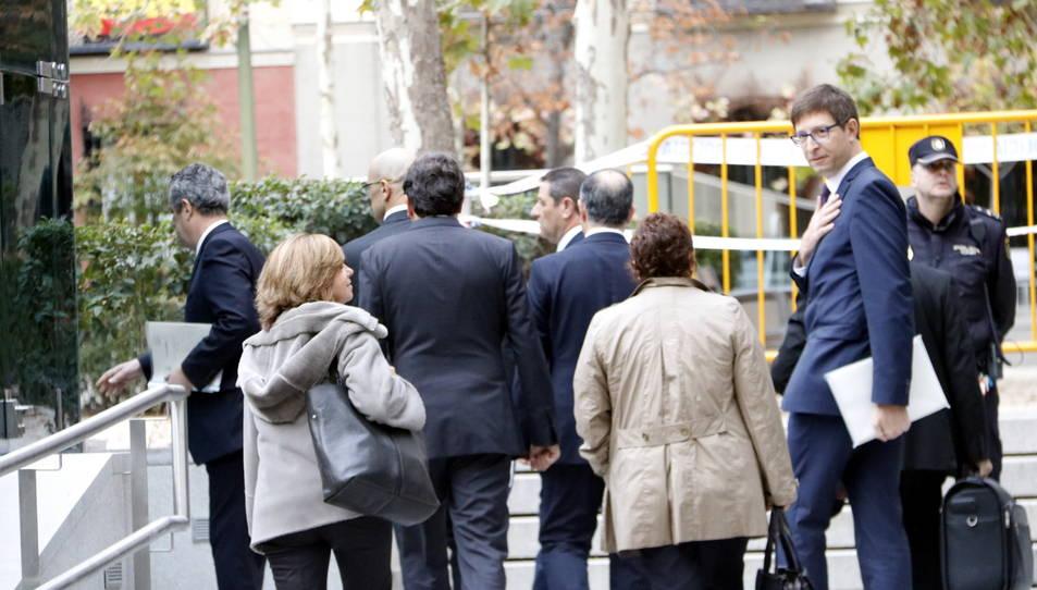 D'esquena Rull, Mundó, Romeva, Turull, Bassa, Forn i Borràs arribant a l'Audiència Nacional.