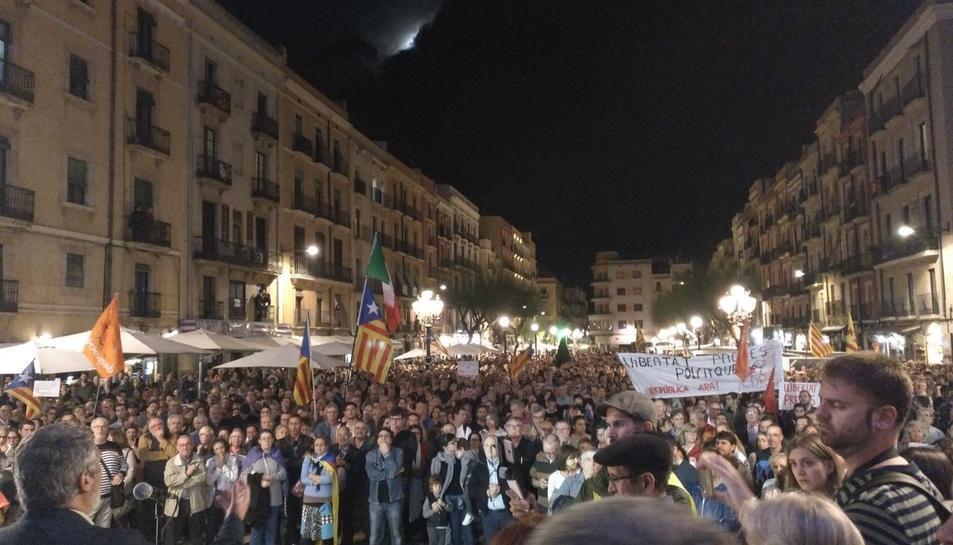 Imatge de la plaça de la Font plena durant la concentració d'aquest dijous.