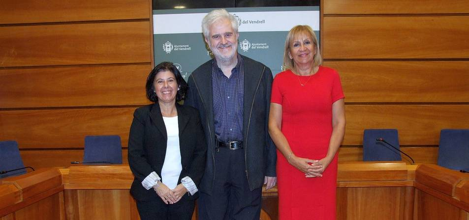 Imatge de la recepció que va fer l'alcalde del Vendrell, Martí Carnicer, amb les dues premiades Torra i Mercadé.