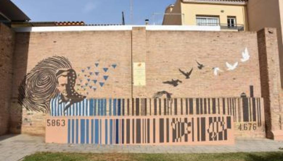 El mural dissenyat pels alumnes de Batxillerat Artístic de l'Institut Torredembarra.