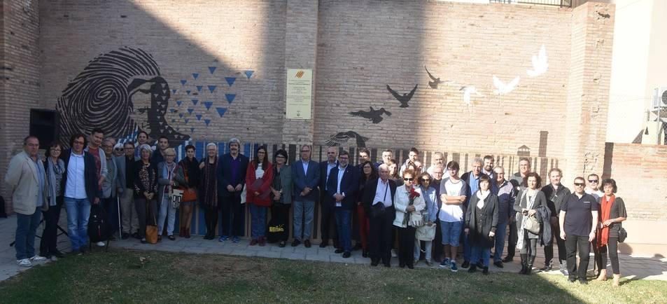 Imatge grupal davant del mural dissenyat pels alumnes de Batxillerat Artístic de l'Institut Torredembarra situat al parc Cal Llovet de Torredembarra.