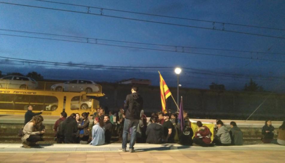 Imatge del tall de les vies del tren a l'estació de Reus.