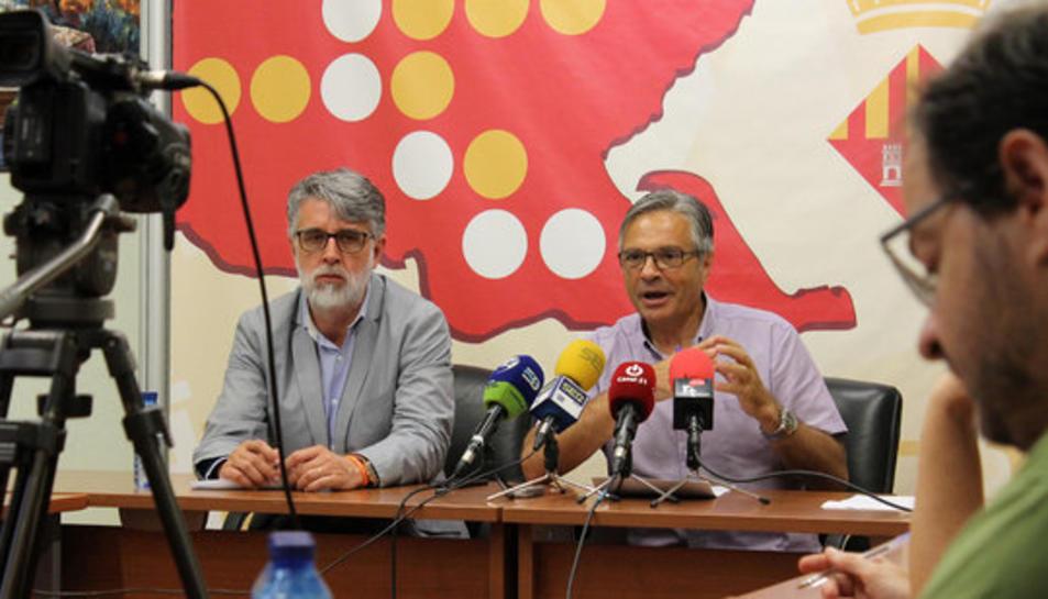 Pla mig de l'encara vicepresident del Consell del Baix Ebre, Enric Roig, i del president sortint, Dani Andreu. Imatge del 20 de juny de 2017.