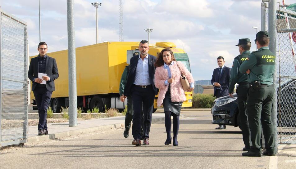 L'exconseller Santi Vila, acompanyat de la seva advocada, sortint de la presó de Estremera, aquest  divendres 3 de novembre.