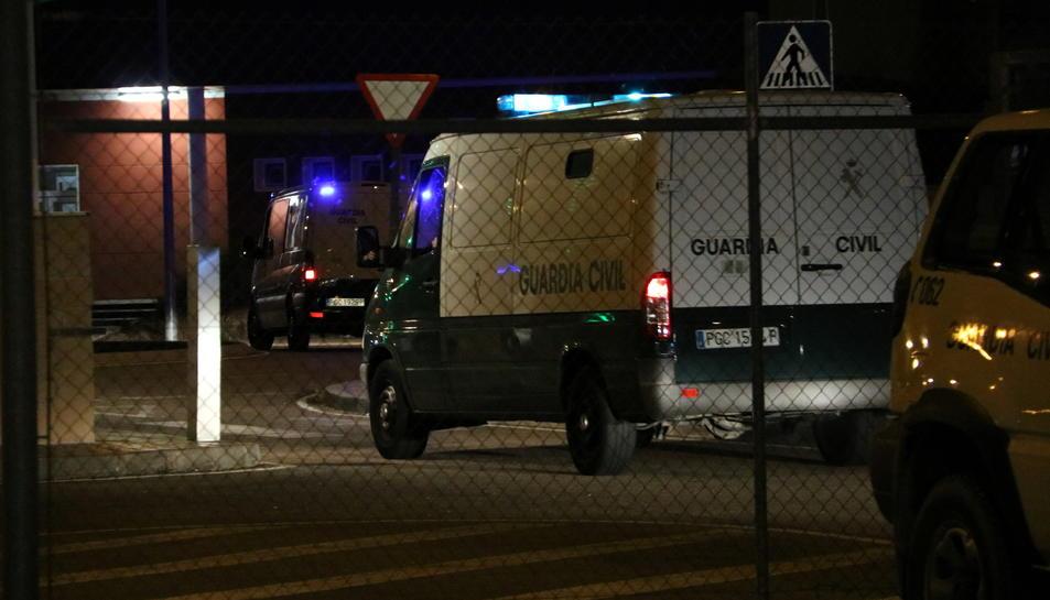 Els vehicles policials que porten els consellers, en la seva arribada a la presó