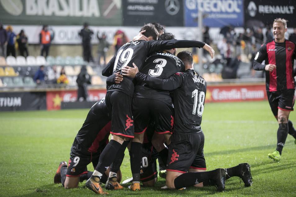 Els jugadors reusencs cel·lebren el gol de Ledes davant l'Sporting.