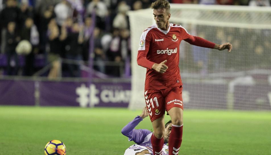 Manu Barreiro intenta desfer-se d'un rival.