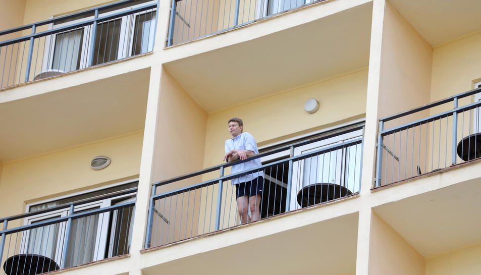 Un turista contempla el mar, el darrer dia que l'hotel va obrir les seves portes, el passat 21 de maig.