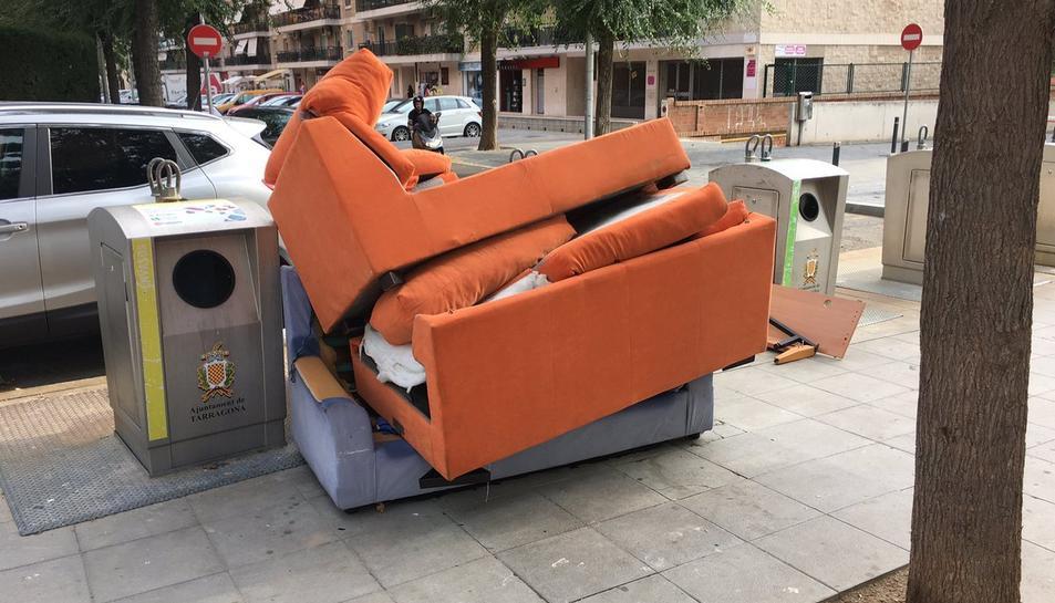 Imatge de diversos mobles abocats al carrer Joan Baptista, denunciat a través de Twitter.