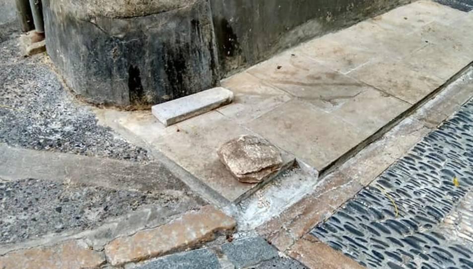 Les voreres del carrer Cavallers tornen a estar trencades 24 hores després de repara-les