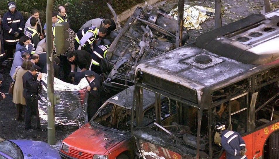 Estat en què va quedar el cotxe on es desplaçava Querol Lombardero a causa de l'atemptat.