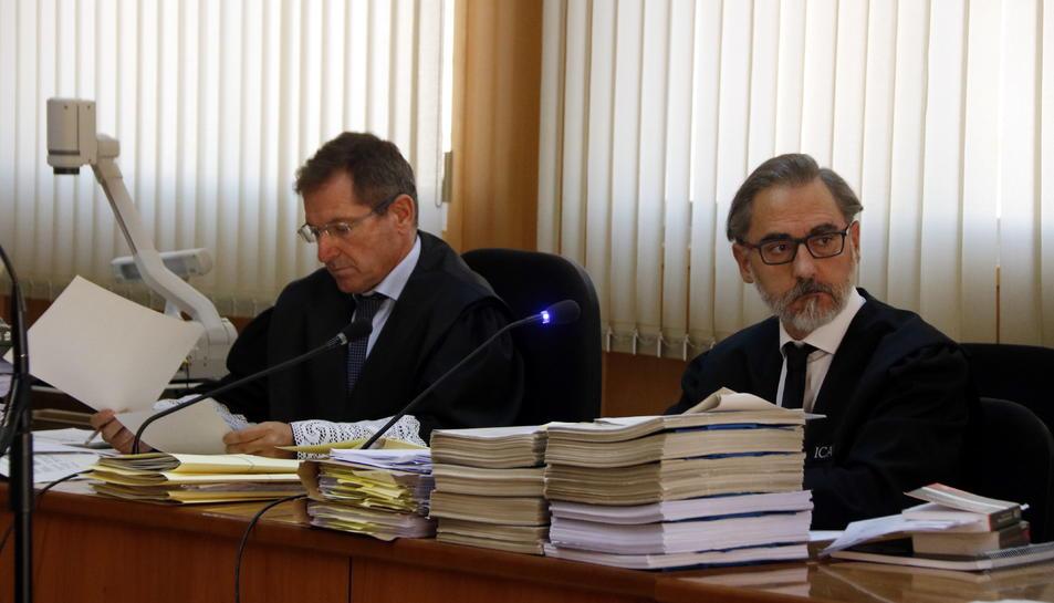 El fiscal Àngel Villafranca i l'advocat de l'acusació particular, Antoni Mendia, en l'inici del judici contra Ramon Franch a l'Audiència de Tarragona.