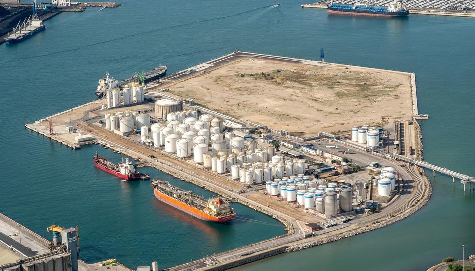 Imatge aèria del moll de química del Port de Tarragona.
