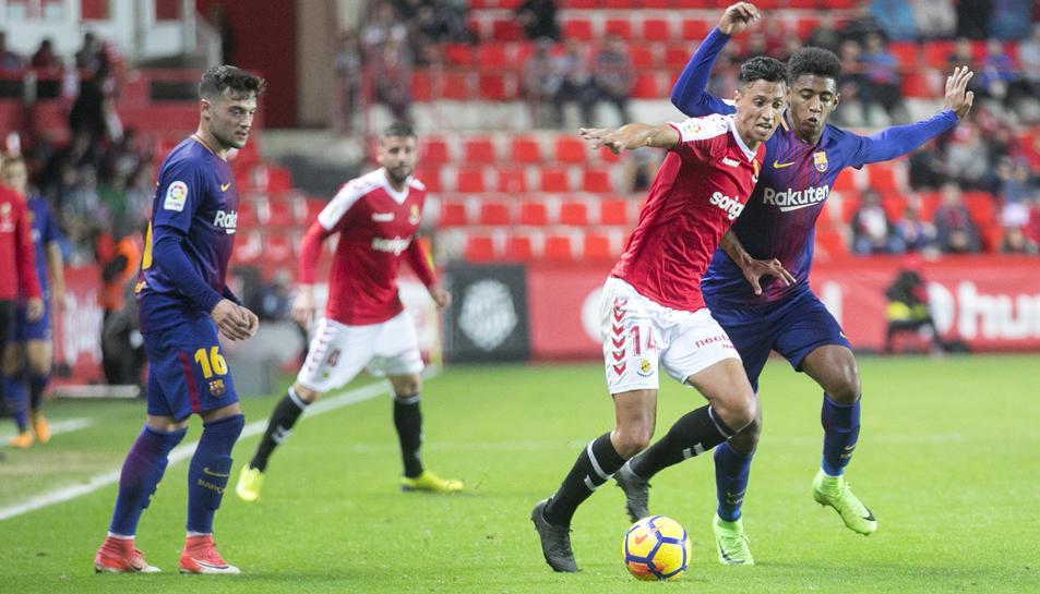 Maikel Mesa disputant una pilota durant el partit que els granes van disputar contra el Barça B al Nou Estadi.