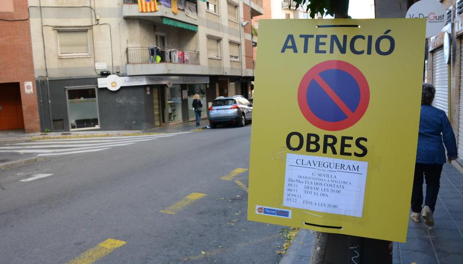 Imatge d'un senyal d'obres del clavegueram aquest 6 de novembre al carrer Sevilla de Tarragona.