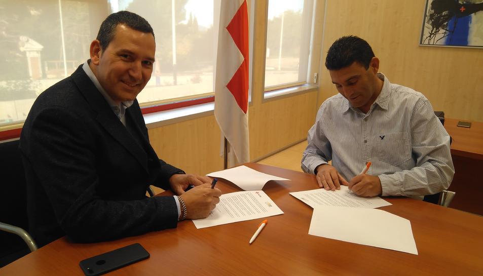 L'administrador de Solcam Energia SL, Marc Segura, i el president del Comitè Provincial de la Creu Roja aTarragona, Ramon Grau, han signat avui el conveni que possibilita aquesta ajuda.