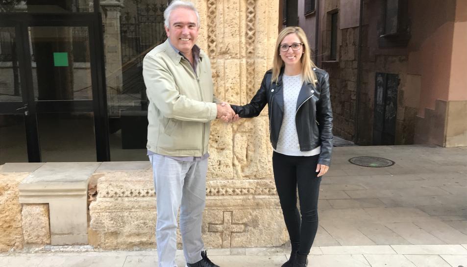 Raül Font amb Estefanía Serrano a la porta de la seu del Consell Esportiu del Tarragonès.