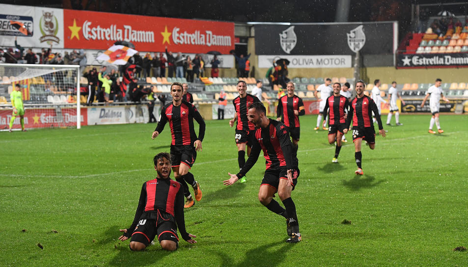 Ledes es tira de genolls per rebre l'ovació de la grada principal de l'Estadi Municipal després de clavar el seu cinquè gol.
