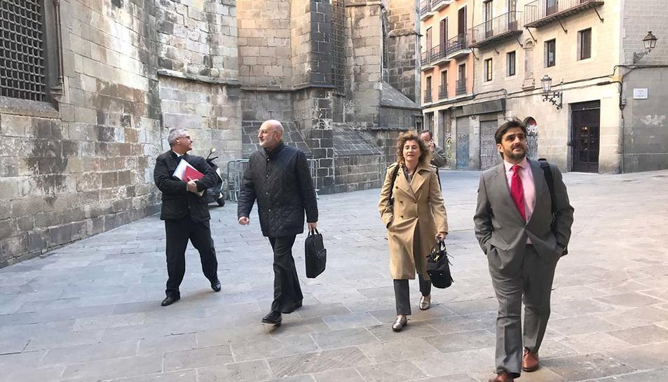 L'exambaixador de Paraguai Juan Fernández Trigo acompanyat de funcionaris del govern espanyol prop del departament d'Exteriors