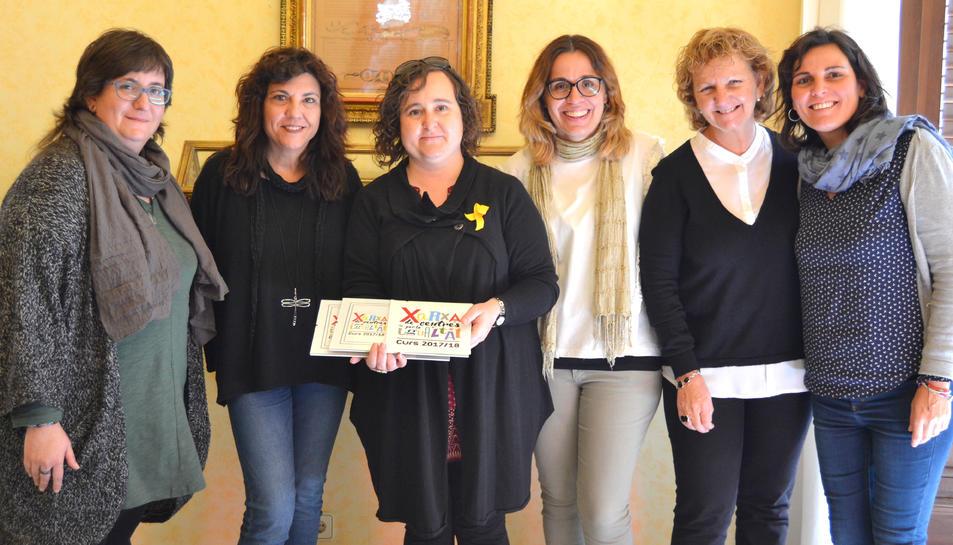 Imatge de l'acte on s'han lliurat els segels a les representants del instituts Roseta Mauri i Gabriel Ferrater.