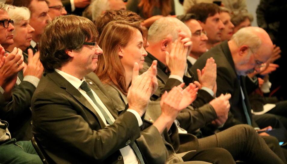 El president Puigdemont i la consellera Serret aplaudeixen durant l'acte amb els alcaldes de Brussel·les.