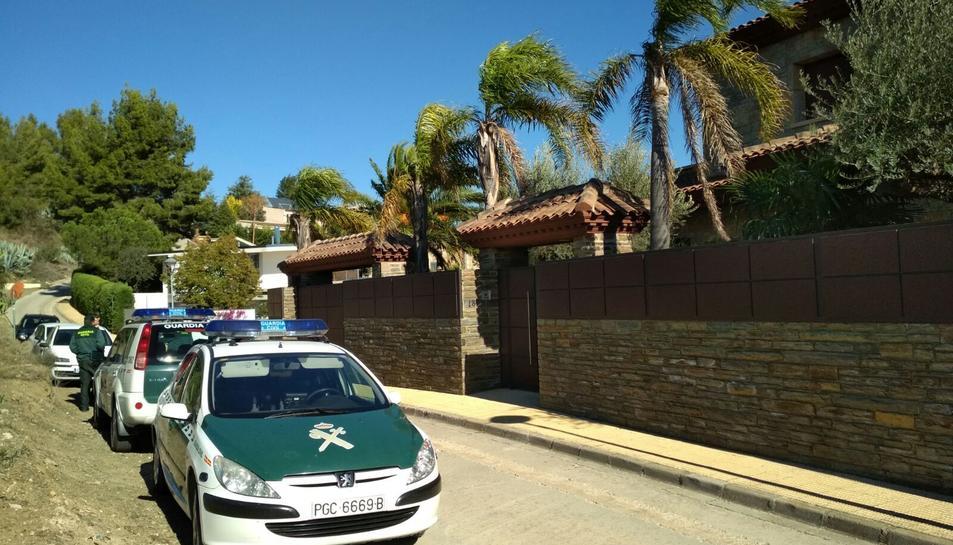 La Guàrdia Civil ha realitzat diferents registres en xalets de l'avinguda de la Camèlia de Castellmoster.
