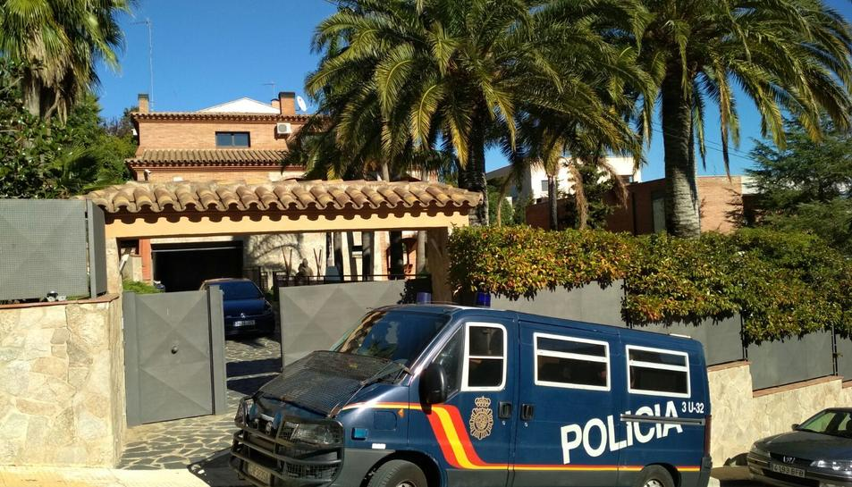 La Policia Nacional ha realitzat diferents reigistres en xalets de l'avinguda de la Camèlia de Castellmoster.