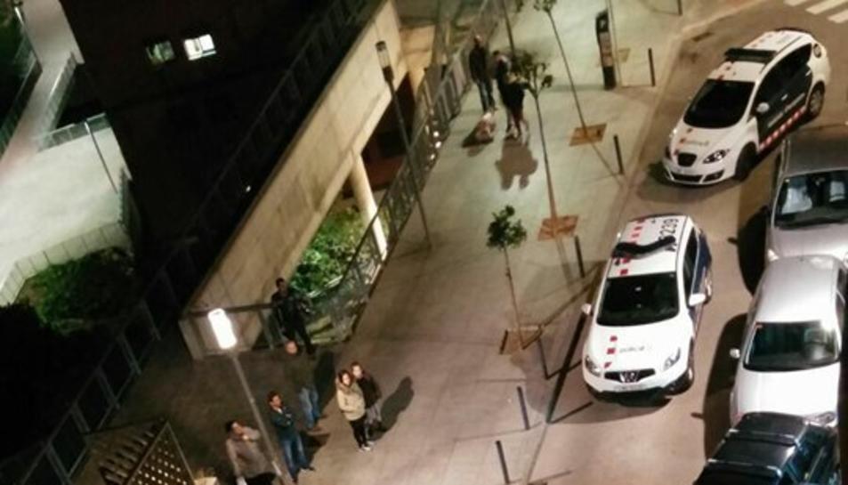 L'home va ser detingut al carrer Zamenhof pels Mossos d'Esquadra, que es van dirigir al lloc dels fets amb diverses patrulles.