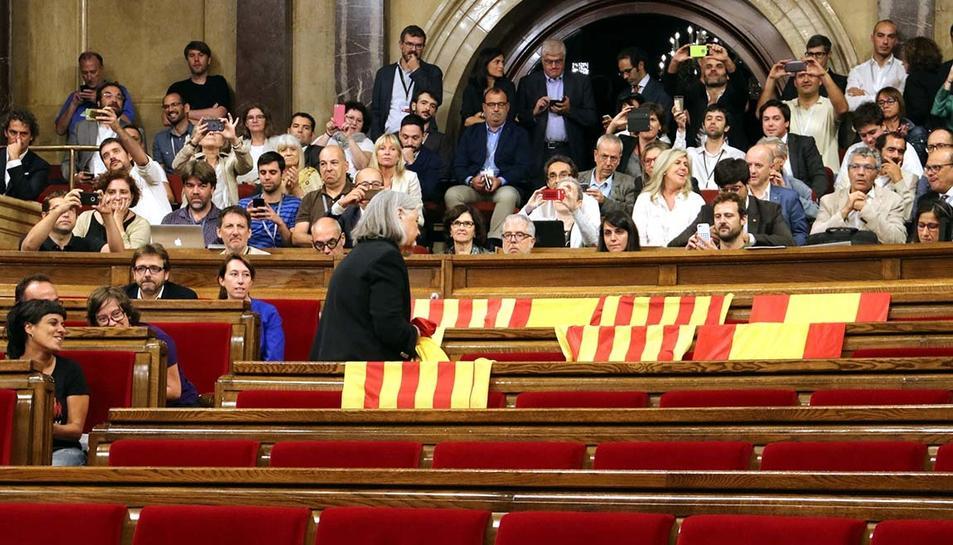 Àngels Martínez Castells, que ara ha abandonat Podem Catalunya, va protagonitzar una de les imatges del procés, retirant banderes espanyoles al Parlament, el 6 de setembre passat.