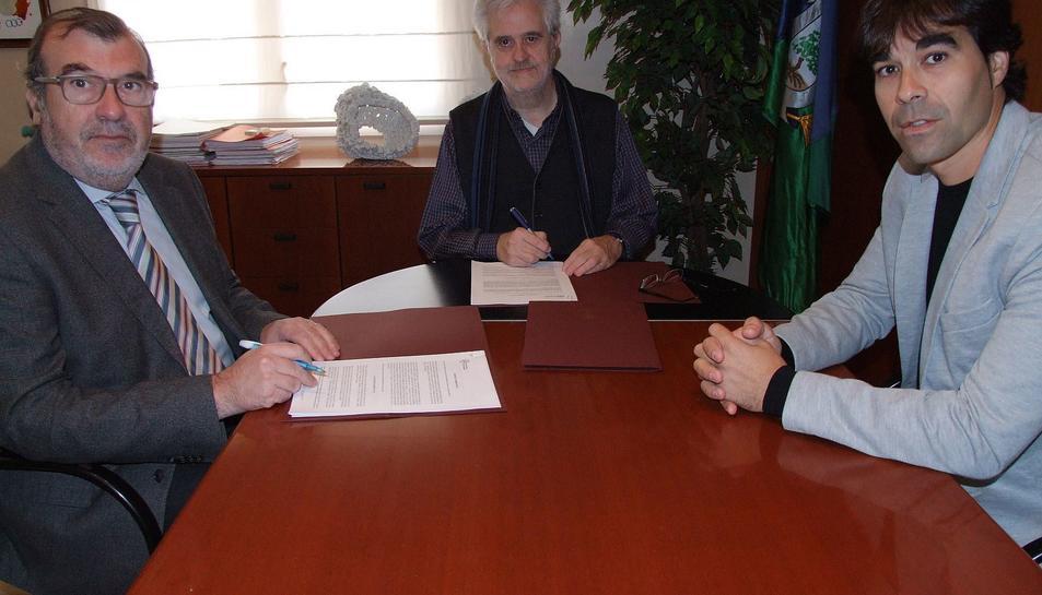 L'alcalde del Vendrell, Martí Carnicer, el gerent de la Xarxa Sanitària i Social de Santa Tecl, Josep M. Adserà i el regidor de Salut, Ferran Trillas durant la signatura.
