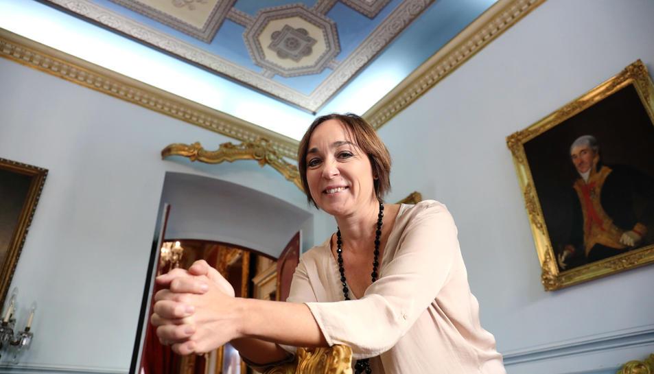 Begoña Floria somriu a una de les habitacions de la Casa Castellarnau, espai on s'ubica el seu despatx.