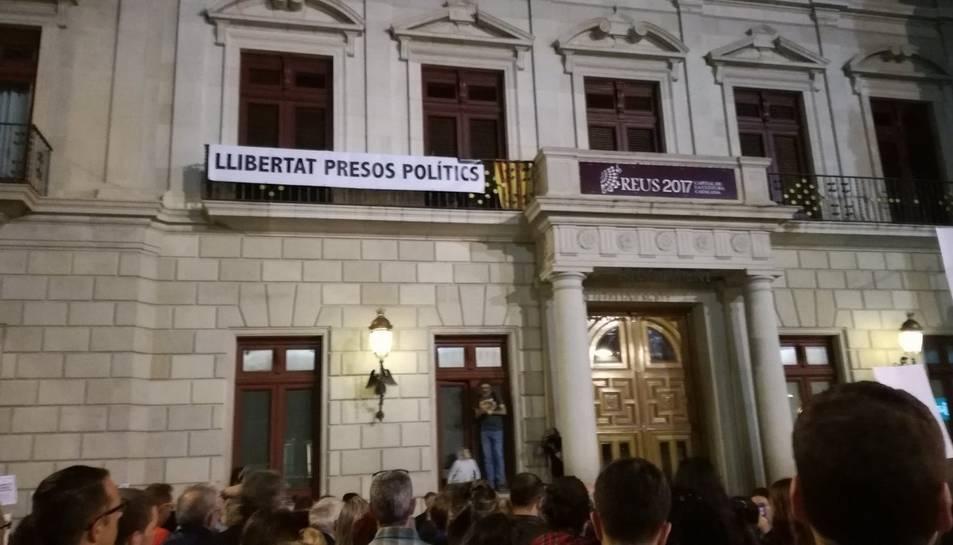 La pancarta penjada al balcó de l'Ajuntament de Reus
