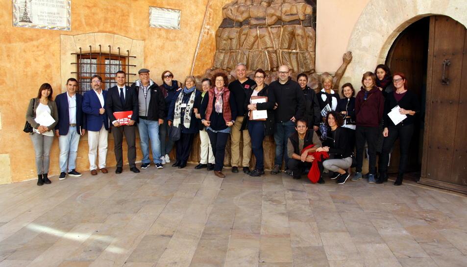 Imatge dels diferents restauradors del municipi durant una visita guiada a la Vila Closa.