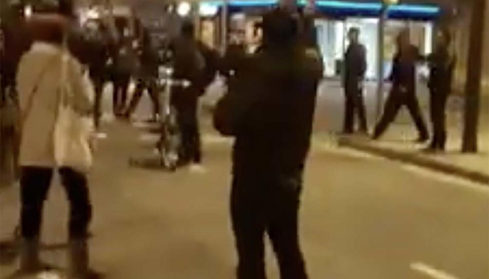 Agents de la paisà van sortir a trobar els manifestants davant la caserna de l'avinguda Madrid de Barcelona.