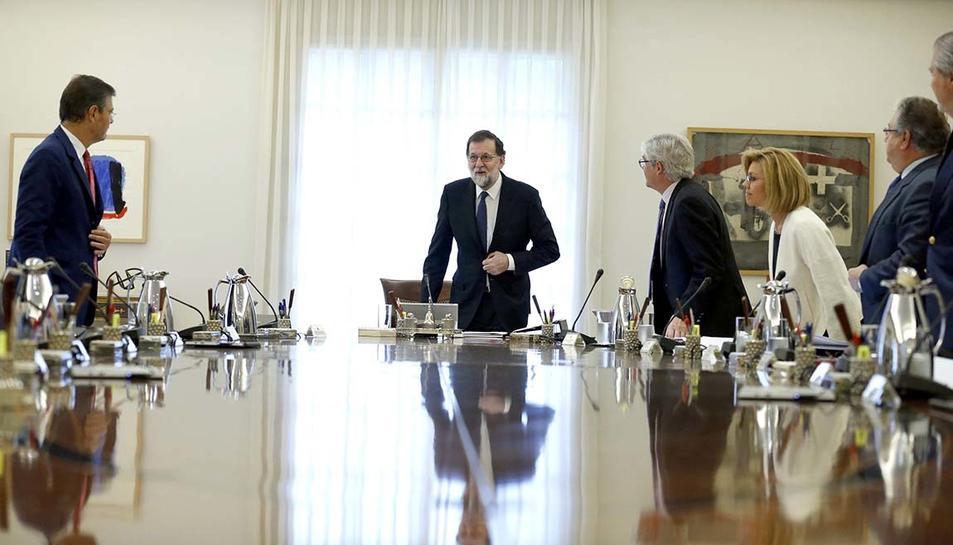Rajoy i els ministres drets a l'inici del Consell de Ministres extraordinari per aprovar les mesures del 155 per a Catalunya, el 21 d'octubre del 2017