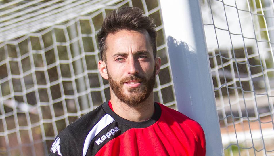 «Hem fitxat un dels tres millors laterals de la categoria», va assegurar el director esportiu roig-i-negre, Sergi Parés, en la presentació d'Álex Menéndez.